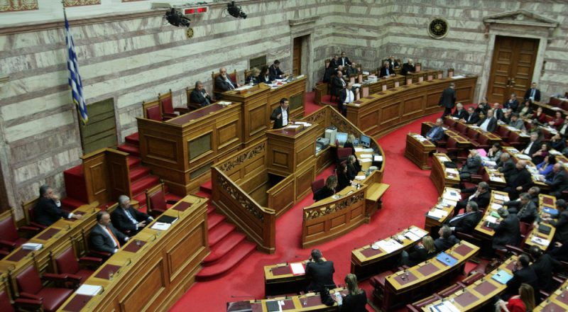 Έντονη αντιπαράθεση Στουρνάρα – Τσίπρα στη Βουλή
