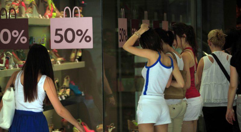 Μεγάλη αύξηση των λιανικών πωλήσεων τον Μάιο μετά την πτώση