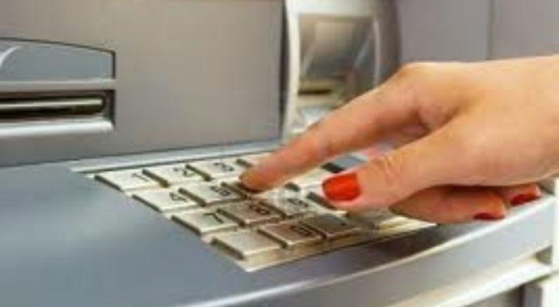 Ερώτηση στη Κομισιόν για τις υπέρογκες χρεώσεις τραπεζικών συναλλαγών