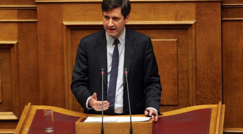 Χουλιαράκης:Συνειδητή επιλογή η υπερφορολόγηση ελεύθερων επαγγελματιών