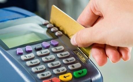 Με κάρτα για συναλλαγές άνω των 70 ευρώ στα νησιά