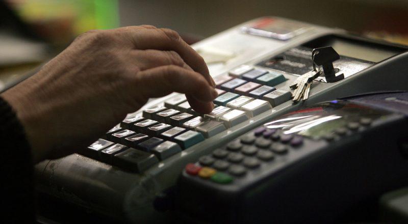 Οι επαγγελματίες ζητούν αναστολή του μέτρου των ταμειακών μηχανών