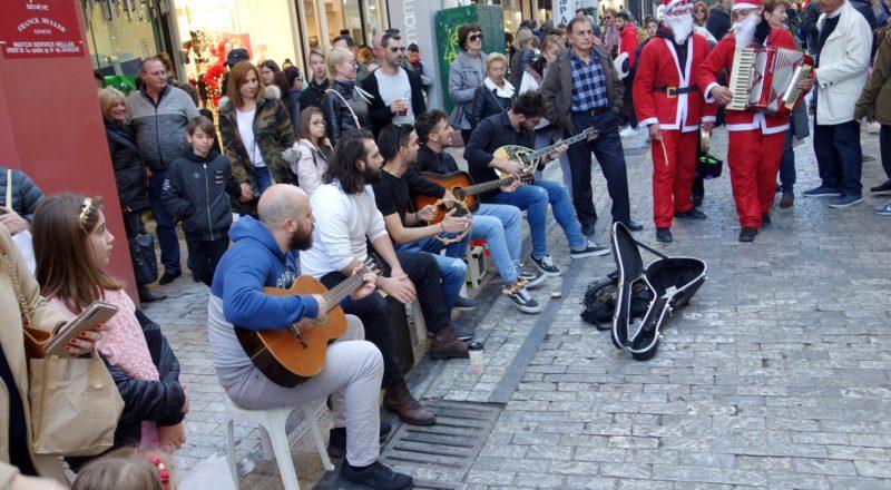 Αδιαχώρητο και μουσικές του δρόμου στο κέντρο της Αθήνας