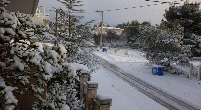 Χιόνια στη Αττική. Προσοχή στην κίνηση, κλειστοί δρόμοι