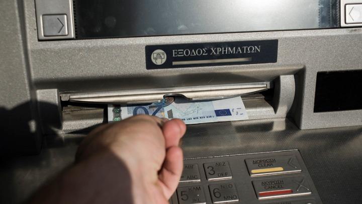 Αυξάνονται έως και 3 ευρώ οι χρεώσεις για αναλήψεις από ΑΤΜ άλλων τραπεζών