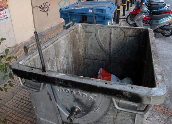 Ξεκίνησε το συστηματικό πλύσιμο των κάδων απορριμμάτων σε όλη την Αθήνα