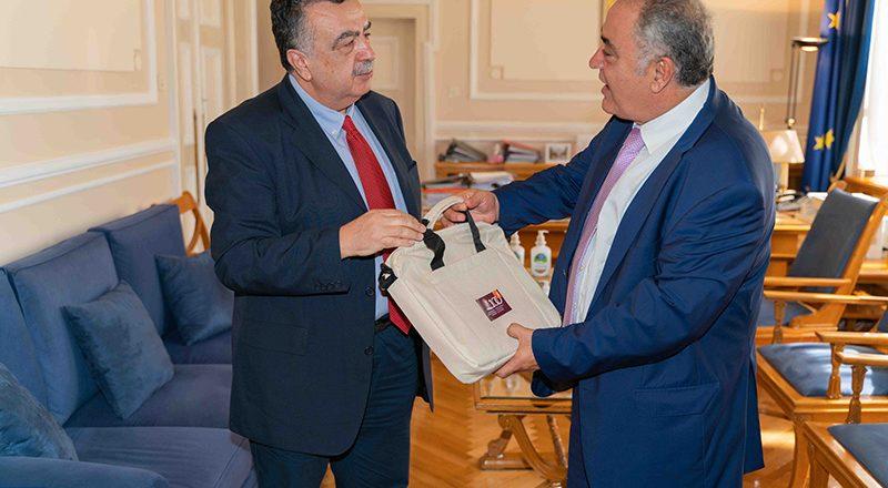 ΕΕΑ: Παράδοση υγειονομικού υλικού σε Οικονομικό Πανεπιστήμιο και Εθνικό και Καποδιστριακό Πανεπιστήμιο Αθηνών