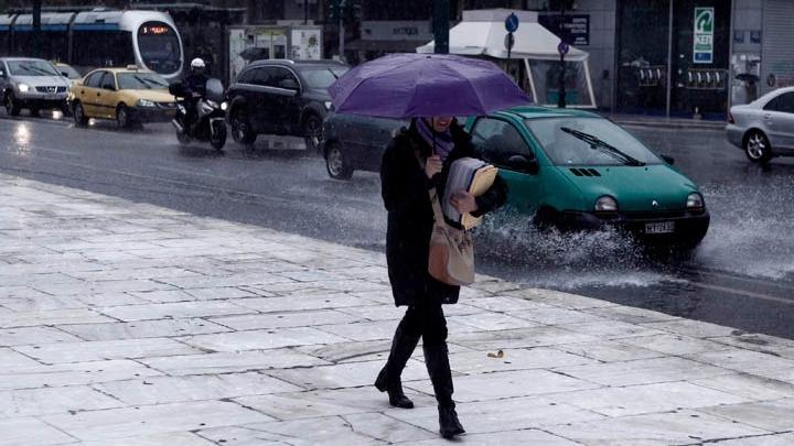 Βροχερός ο καιρός τη Δευτέρα, θα βελτιωθεί πρόσκαιρα και θα χαλάσει ξανά από το βράδυ